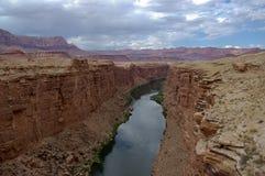 storslagen near flod för kanjon Royaltyfria Foton
