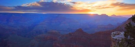 storslagen panoramasoluppgång för kanjon Fotografering för Bildbyråer