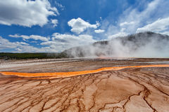 Storslagen prismatisk vår halvvägs Geyserhandfat, Yellowstone nationalpark, Wyoming, Amerikas förenta stater Fotografering för Bildbyråer