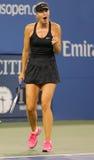 Storslagen Slam för fem gånger mästare Mariya Sharapova under den första runda matchen på US Open 2014 Arkivfoton