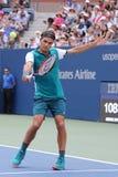 Storslagen Slam för sjutton gånger mästare Roger Federer av Schweiz i handling under hans första runda match på US Open 2015 Arkivbilder