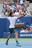 Storslagen Slam för sjutton gånger mästare Roger Federer av Schweiz i handling under hans första runda match på US Open 2015 Royaltyfri Bild