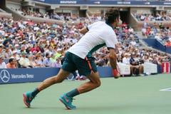 Storslagen Slam för sjutton gånger mästare Roger Federer av Schweiz i handling under hans första runda match på US Open 2015 Royaltyfri Foto