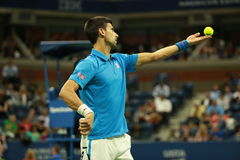 Storslagen Slam för tolv gånger mästare Novak Djokovic av Serbien i handling under hans kvartsfinalmatch på US Open 2016 Arkivfoton