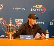 Storslagen Slam för tretton gånger mästare Rafael Nadal under presskonferens, efter han segrade US Open 2013 Arkivfoton