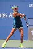 Storslagen Slam för två gånger mästare Victoria Azarenka av Vitryssland i handling under den andra runda matchen för US Open 2015 Fotografering för Bildbyråer