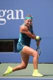 Storslagen Slam för två gånger mästare Victoria Azarenka av Vitryssland i handling under den andra runda matchen för US Open 2015 Royaltyfri Bild
