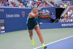 Storslagen Slam för två gånger mästare Victoria Azarenka av Vitryssland i handling under den andra runda matchen för US Open 2015 Royaltyfria Foton