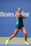 Storslagen Slam för två gånger mästare Victoria Azarenka av Vitryssland i handling under den andra runda matchen för US Open 2015 Arkivbilder