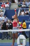 Storslagen Slam för två gånger Victoria Azarenka för mästare portion under kvartsfinalmatch mot Ana Ivanovich på US Open 2013 Royaltyfri Bild
