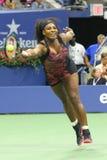 Storslagen Slam för tjugo en gånger mästare Serena Williams i handling under hennes kvartsfinalmatch mot Venus Williams på USA Op Arkivbilder