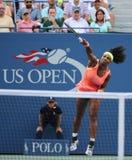 Storslagen Slam för tjugo en gånger mästare Serena Williams i handling under hennes runda match fyra på US Open 2015 Royaltyfri Foto