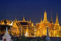 Storslagen slott på skymning i Bangkok royaltyfri foto