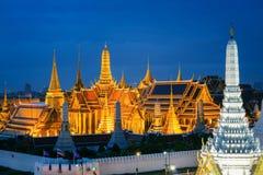 Storslagen slott på skymning i Bangkok royaltyfria bilder