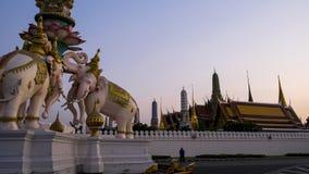 Storslagen slott på skymning i Bangkok, Thailand Royaltyfri Bild