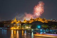 Storslagen slott på skymning med färgrika fyrverkerier (Bangkok, Thail Fotografering för Bildbyråer