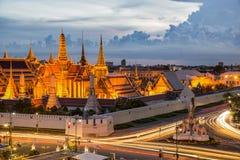 Storslagen slott på skymning med ljus från trafik i Bangkok, Tha Arkivfoto