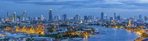 Storslagen slott på skymning i Bangkok mellan den Loykratong festivalen Royaltyfria Foton