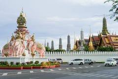 Storslagen slott-/smaragdbuddha tempel med elefantstatyn framme på vägen över blå himmel Royaltyfri Bild