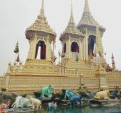 Storslagen slott, tempel med elefanter Royaltyfri Foto