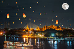 Storslagen slott under loy krathongdag, Thailand Royaltyfria Foton