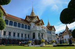 Storslagen slottdomstol och Chakri Maha Prasat byggnad royaltyfria foton