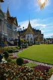 Storslagen slottdomstol och Chakri Maha Prasat byggnad royaltyfri bild