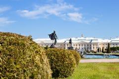 storslagen slottpeterhof russia Arkivfoton