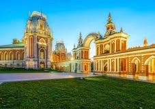 Storslagen slottport i Tsaritsyno i aftonen Royaltyfri Foto
