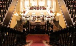Storslagen trappa i hotell Royaltyfri Bild