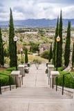 Storslagen trappuppgång på den molniga och regniga dagen och sikten in mot en bostads- grannskap, kommunikationskulle, San Jose,  royaltyfri bild