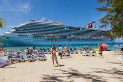 Storslagen turk, Turk Islands Caribbean-31st mars 2014: Den ankrade brisen för karneval för kryssningskepp arkivbilder