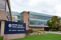 Storslagen universitetsområde för daldelstatsuniversitetkyrkbänk i Grand Rapids fotografering för bildbyråer