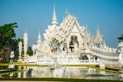 Storslagen vitkyrka och reflexion i vattnet, Wat Rong Khun Ch Arkivfoto