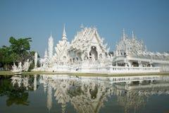 Storslagen vitkyrka och reflexion i vattnet, Wat Rong Khun Ch Royaltyfri Fotografi