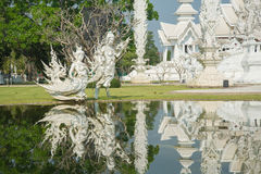 Storslagen vitkyrka och reflexion i vattnet, Wat Rong Khun Ch Arkivfoton