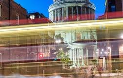Storslagenhet av St Paul Cathedral på natten - London - UK Arkivfoton