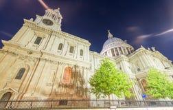 Storslagenhet av St Paul Cathedral på natten - London - UK Arkivbild