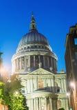 Storslagenhet av St Paul Cathedral på natten - London - UK Royaltyfri Fotografi