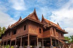 Storslaget gammalt thai hus Arkivfoton