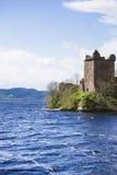 Storslaget torn av den Urquhart slotten i Loch Ness i Skottland Fotografering för Bildbyråer