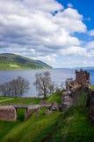 Storslaget torn av den Urquhart slotten på fjorden Ness Scotland Arkivfoton