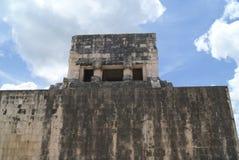 Storslagna Ballcourt detaljer i Chichen Itza, Mexico Arkivfoton