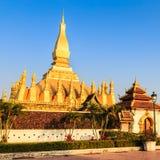 Storslagna guld- Stupa med blå himmel för solnedgång, Laos Royaltyfri Fotografi