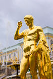 Storslagna kaskadspringbrunnar i Peterhof Arkivfoton
