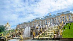 Storslagna kaskadspringbrunnar på den Peterhof slotten i Petersburg, Ryssland Arkivfoto