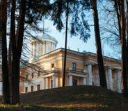 20 storslagna kilometer för arkitekturarkhangelskoyegods lokaliserade ryssen för floden för slotten för museet för den säterimonu Royaltyfria Bilder