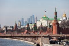 Storslagna Kremlslottväggar och torn och för affärsmitt MIBC för modern Moskva internationella skyskrapor på den Ryssland Moskvas Fotografering för Bildbyråer