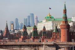 Storslagna Kremlslottväggar och torn och för affärsmitt MIBC för modern Moskva internationella skyskrapor på den Ryssland Moskvas Arkivbilder