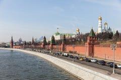 Storslagna Kremlslottväggar och torn och för affärsmitt MIBC för modern Moskva internationella skyskrapor på den Ryssland Moskvas Royaltyfri Bild